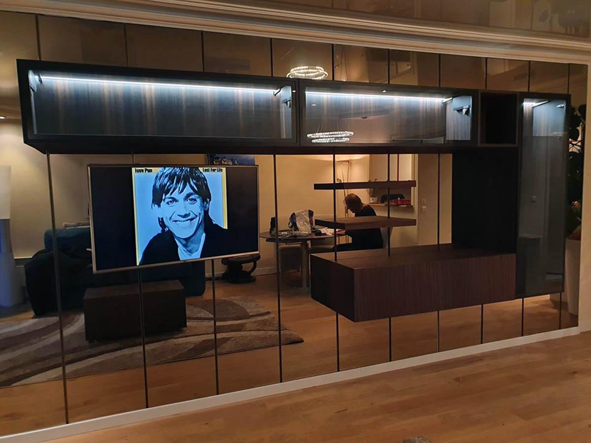 Meuble tv sur mesure suspendu sur un mur de miroirs
