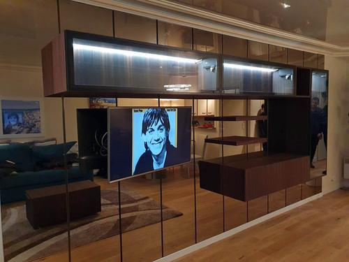 Meuble Tv haut de gamme suspendu sur miroir à La Baule