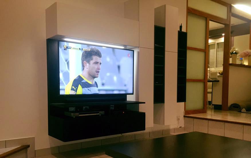 Meuble tv suspendu avec placards et niches ouvertes