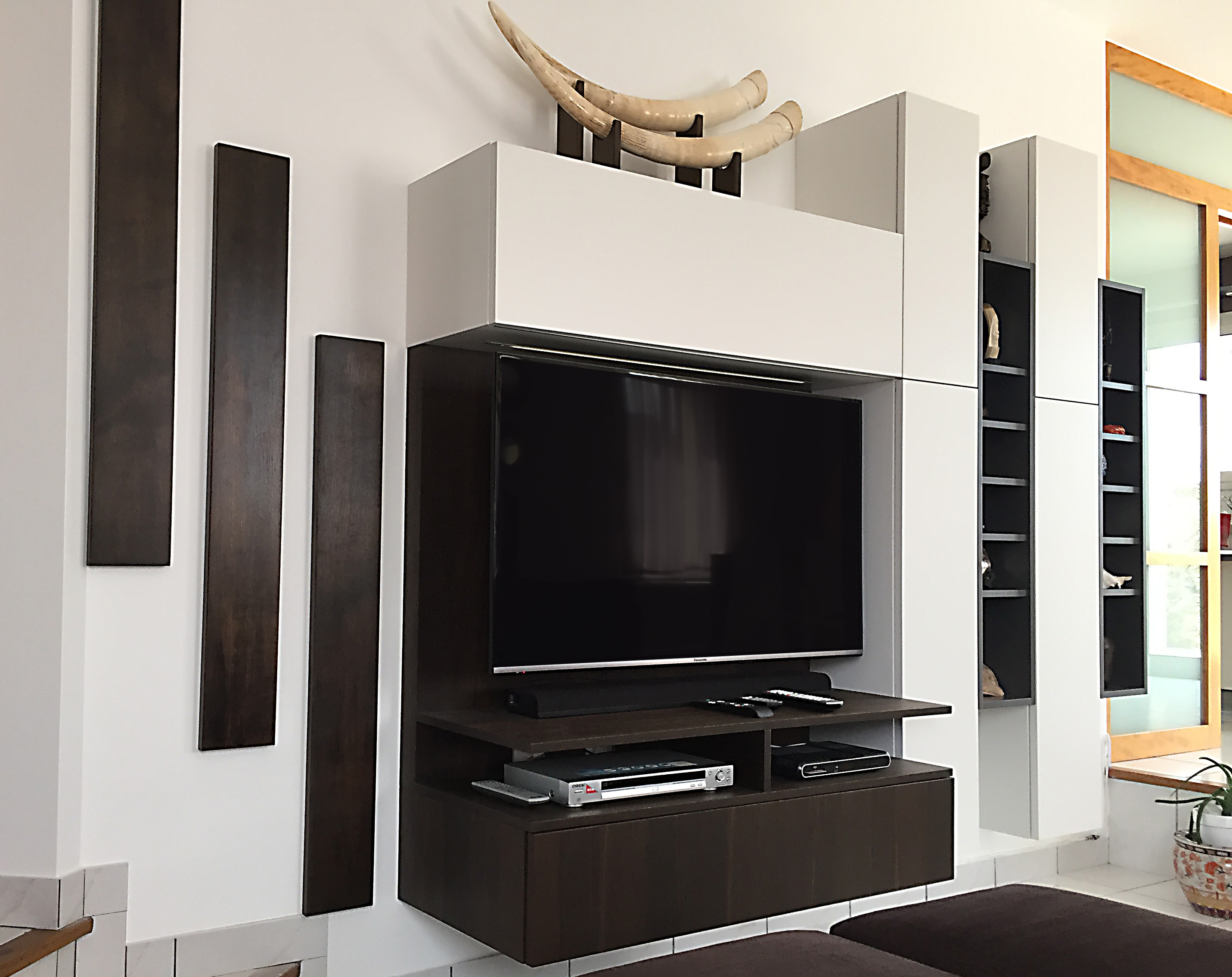 Elegant meuble tv suspendu blanc with meuble salon suspendu for Meuble salon suspendu
