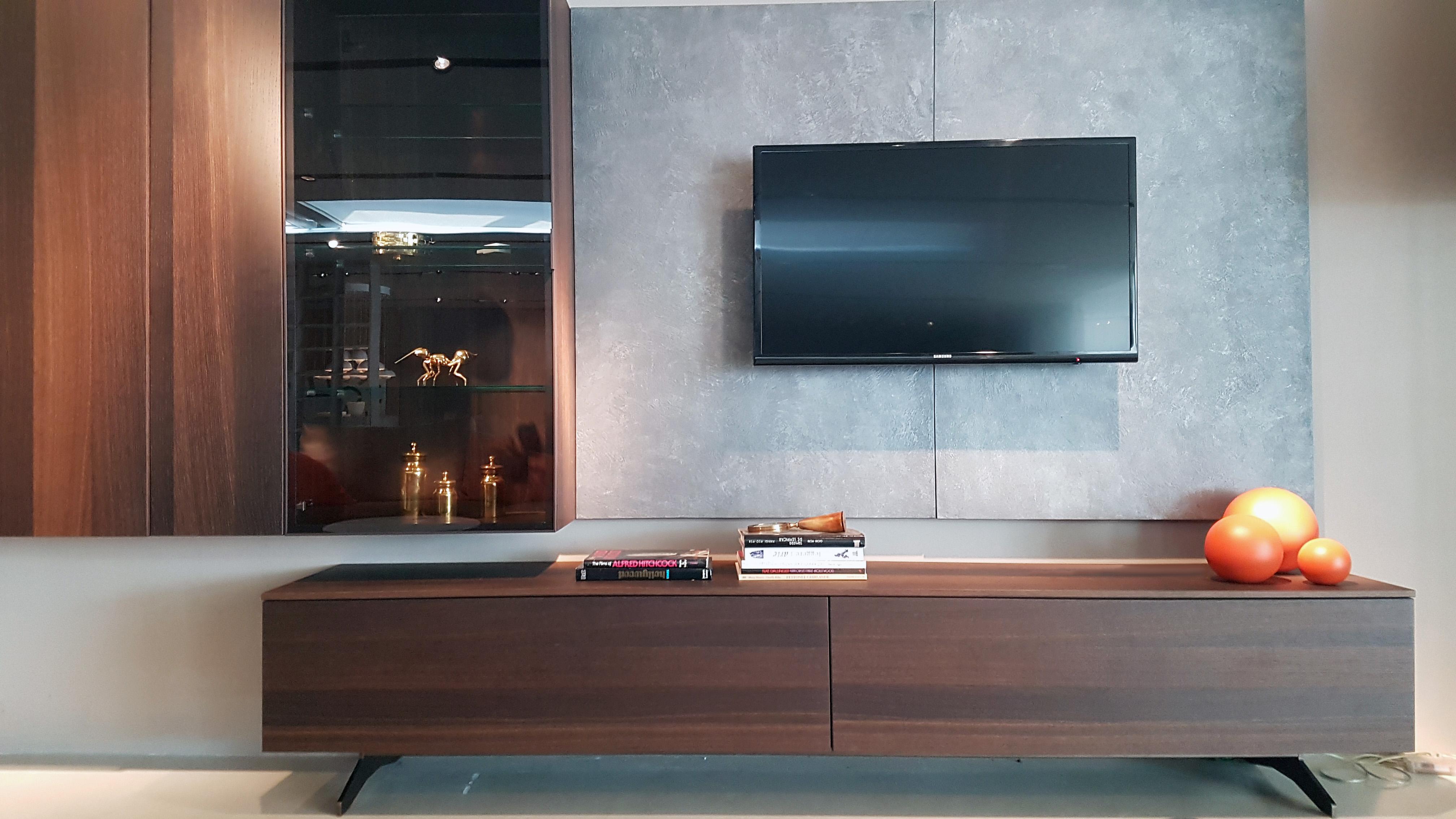 Tv suspendu sur cloison finition béton et buffet tv