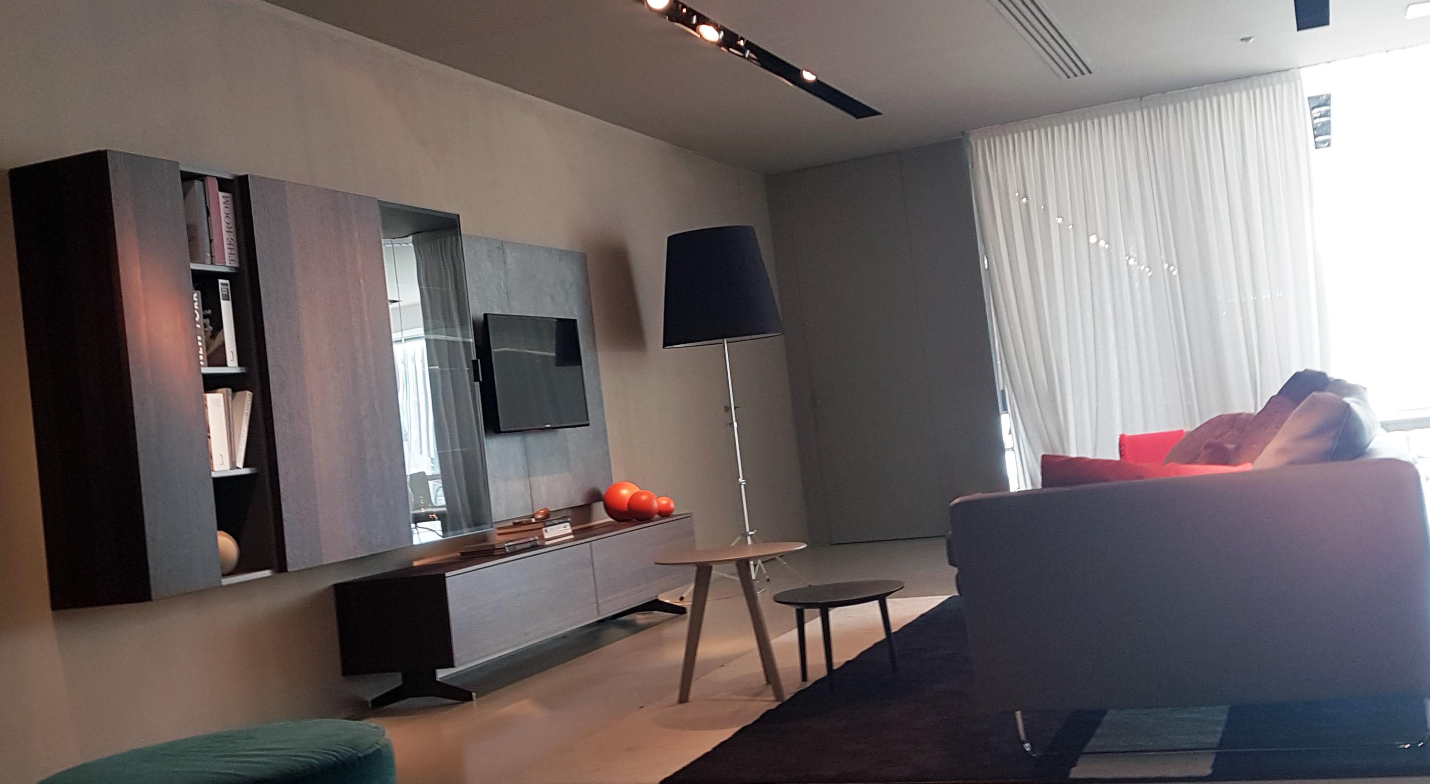 Grand salon avec meuble TV suspendu