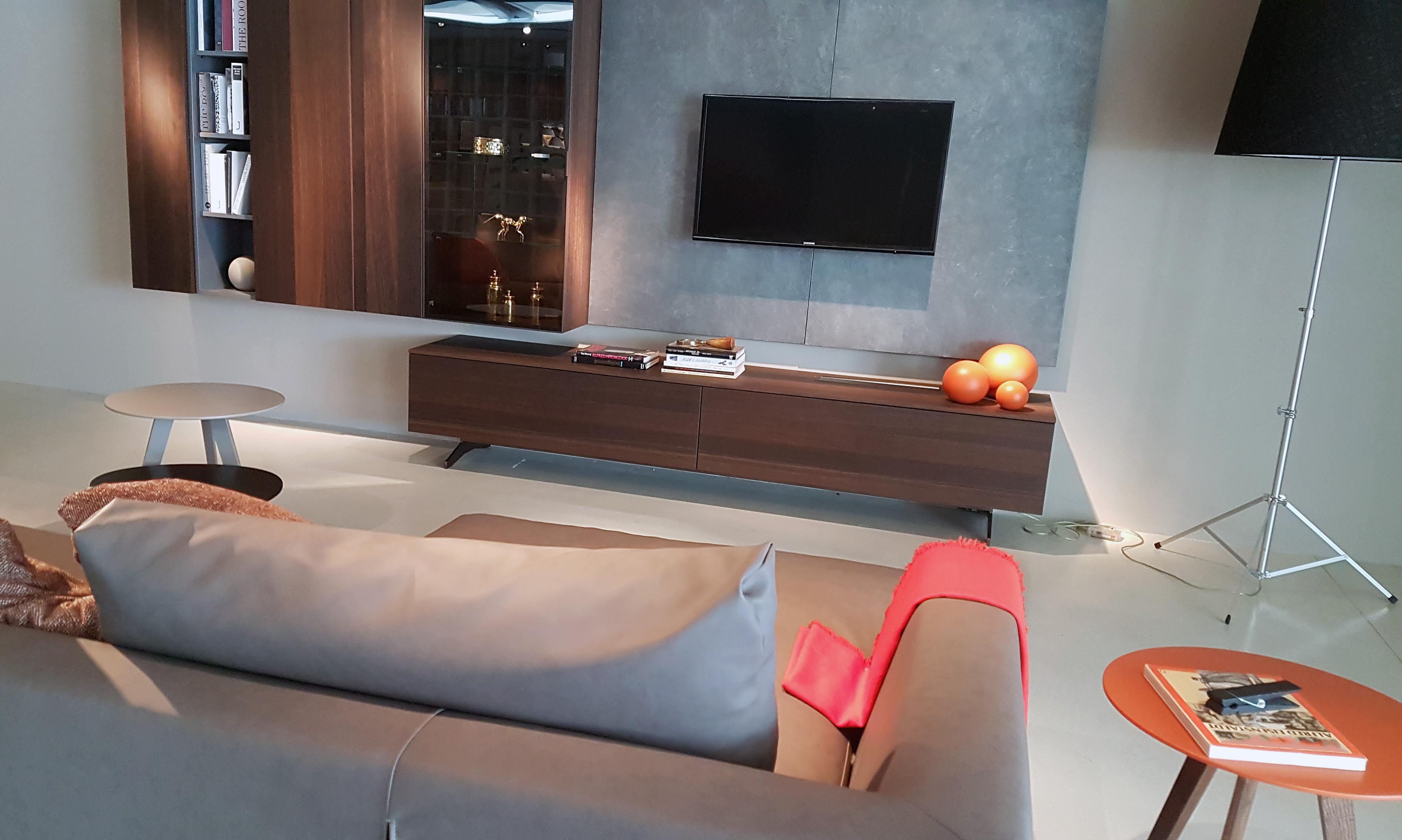 Canapé cuir et meuble tv suspendu dans ce salon d'Ancenis centre
