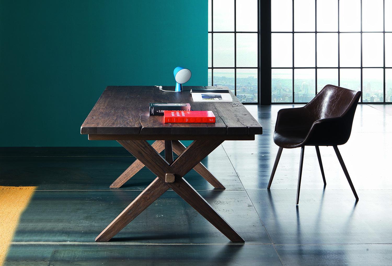 Chaise en cuir enrobante tout cuir avec pied acier.