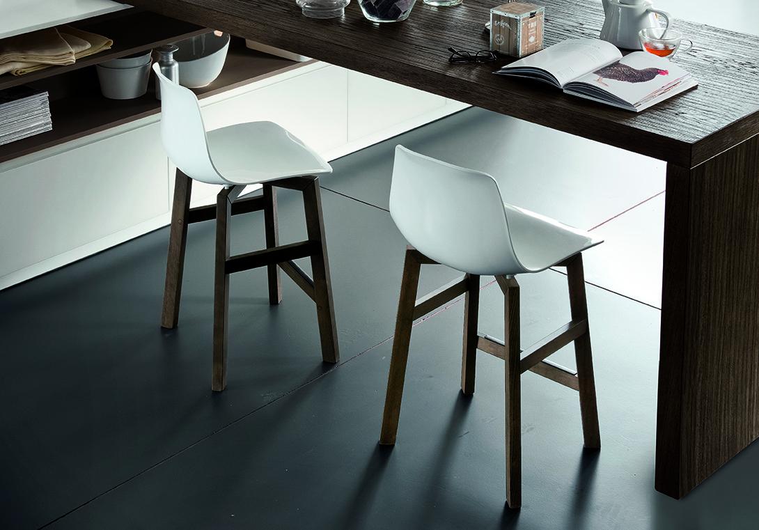 Chaise haute modèle TESS avec assise blanche et pied foncé en chêne