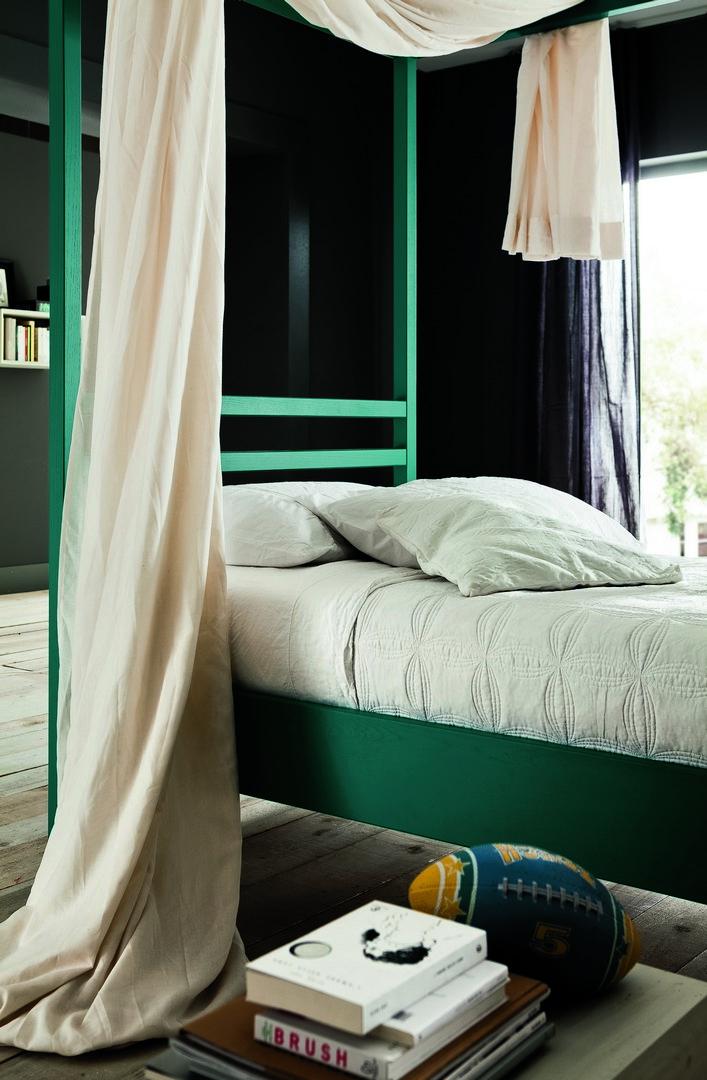 gros plan sur le lit à baldaquin