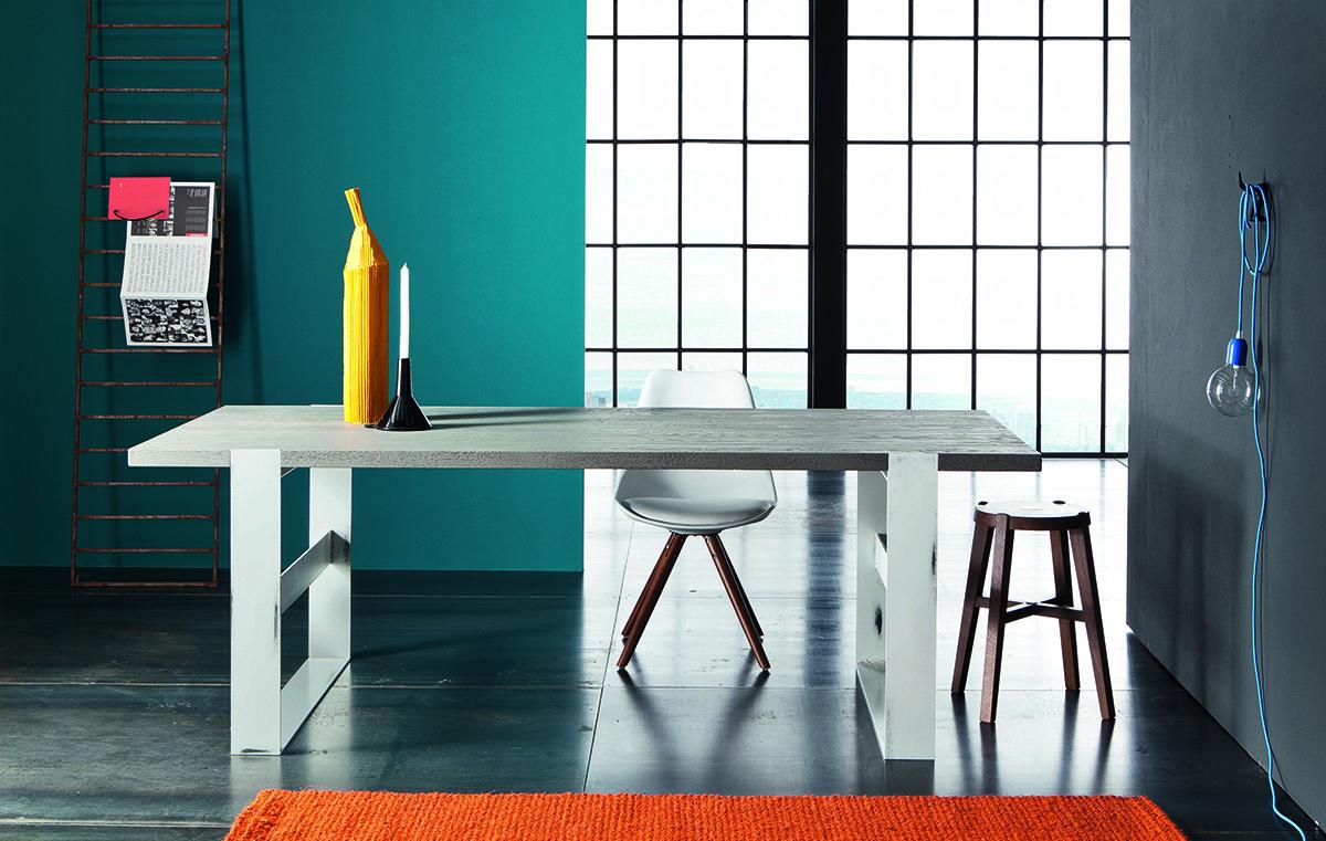 Table PArigi avec plateau en bois gris et pied acier blanc