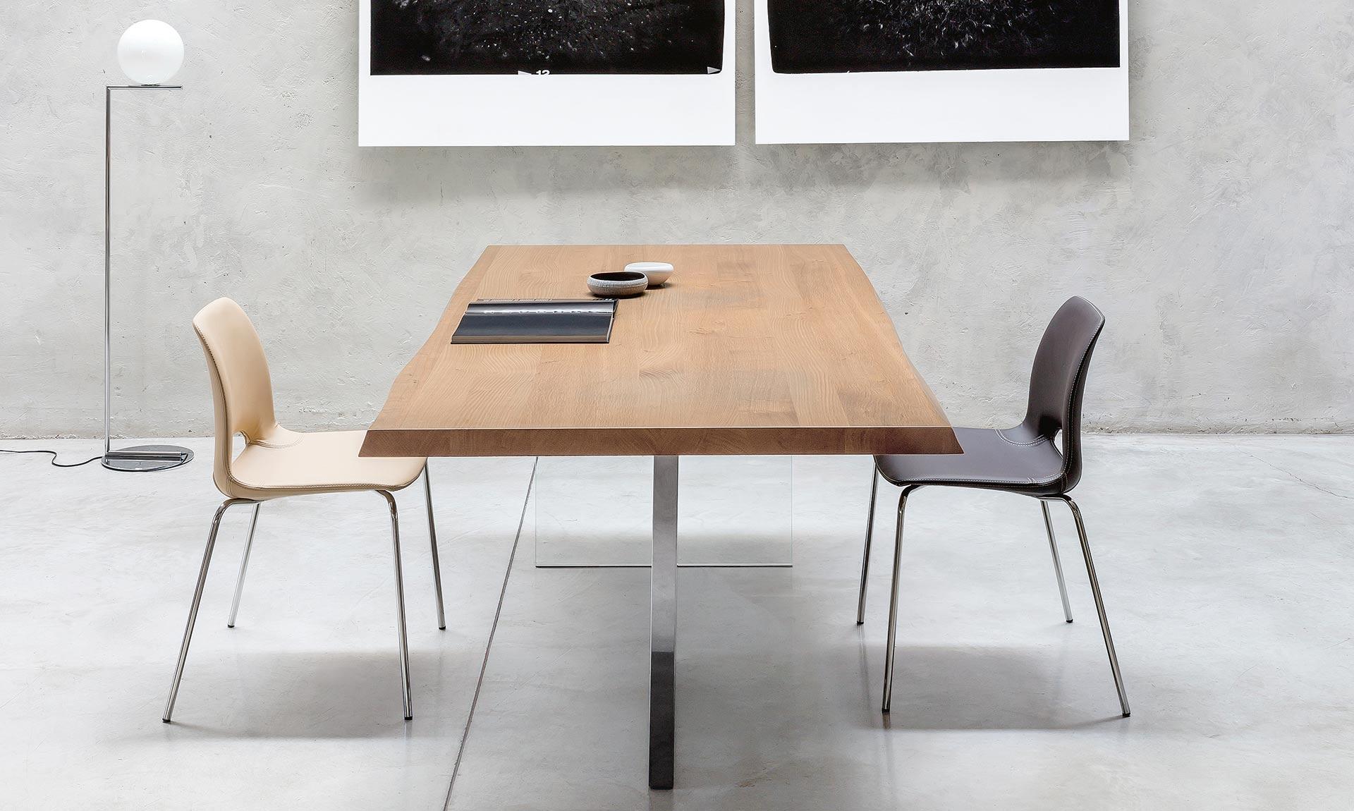 Vue de côté de la table Riflessi Cubric