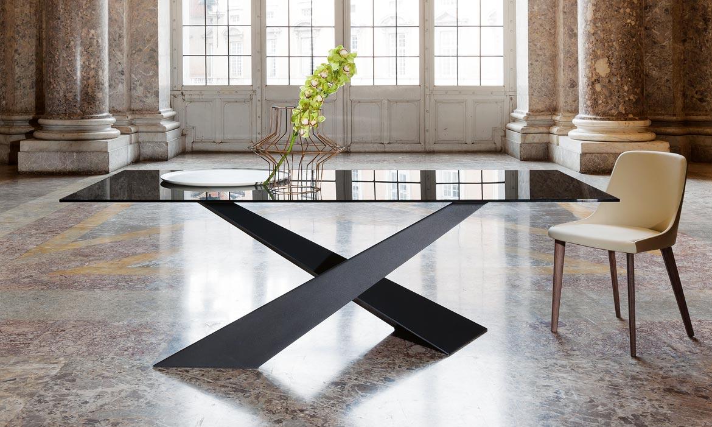 Table Riflessi Living avec pied acier noir et plateau verre noir