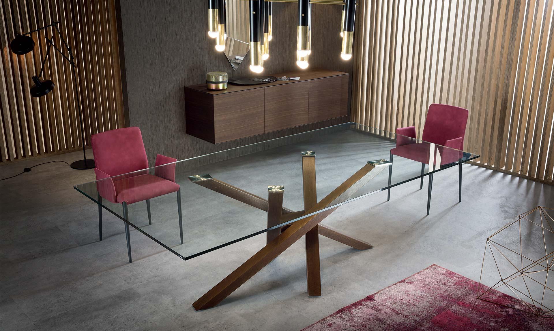 Table design avec plateau verre et pied bied chêne