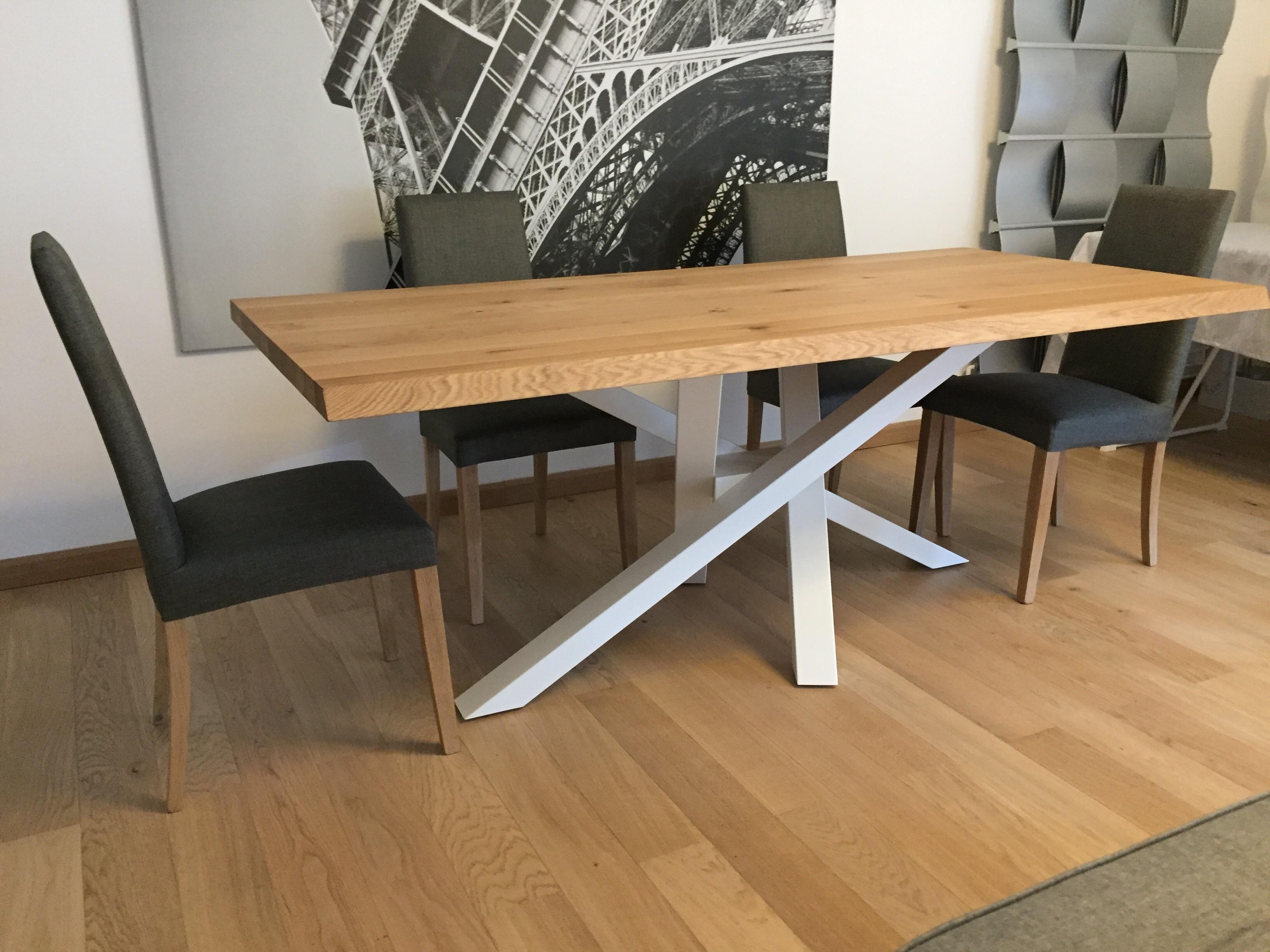 Table design avec plateau en chêne et pied acier