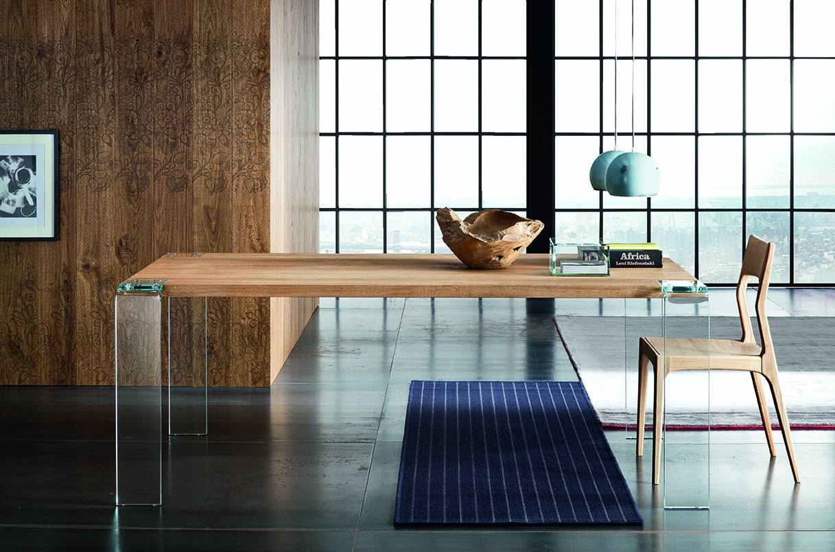 Table haut de gamme pîed en verre vissé dans l'angle