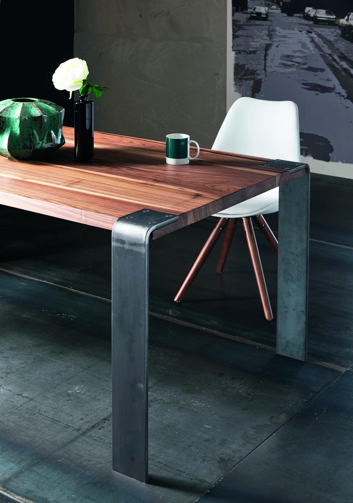 Table haut de gamme avec pied en angle en acier