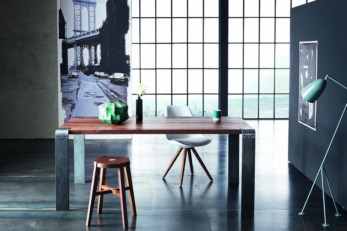 Table haut de gamme avec plateau en noyer massif