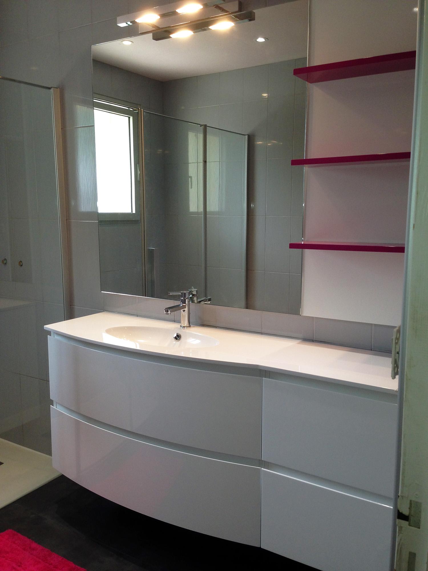 Salle de bain avec grande douche et meubles suspendus