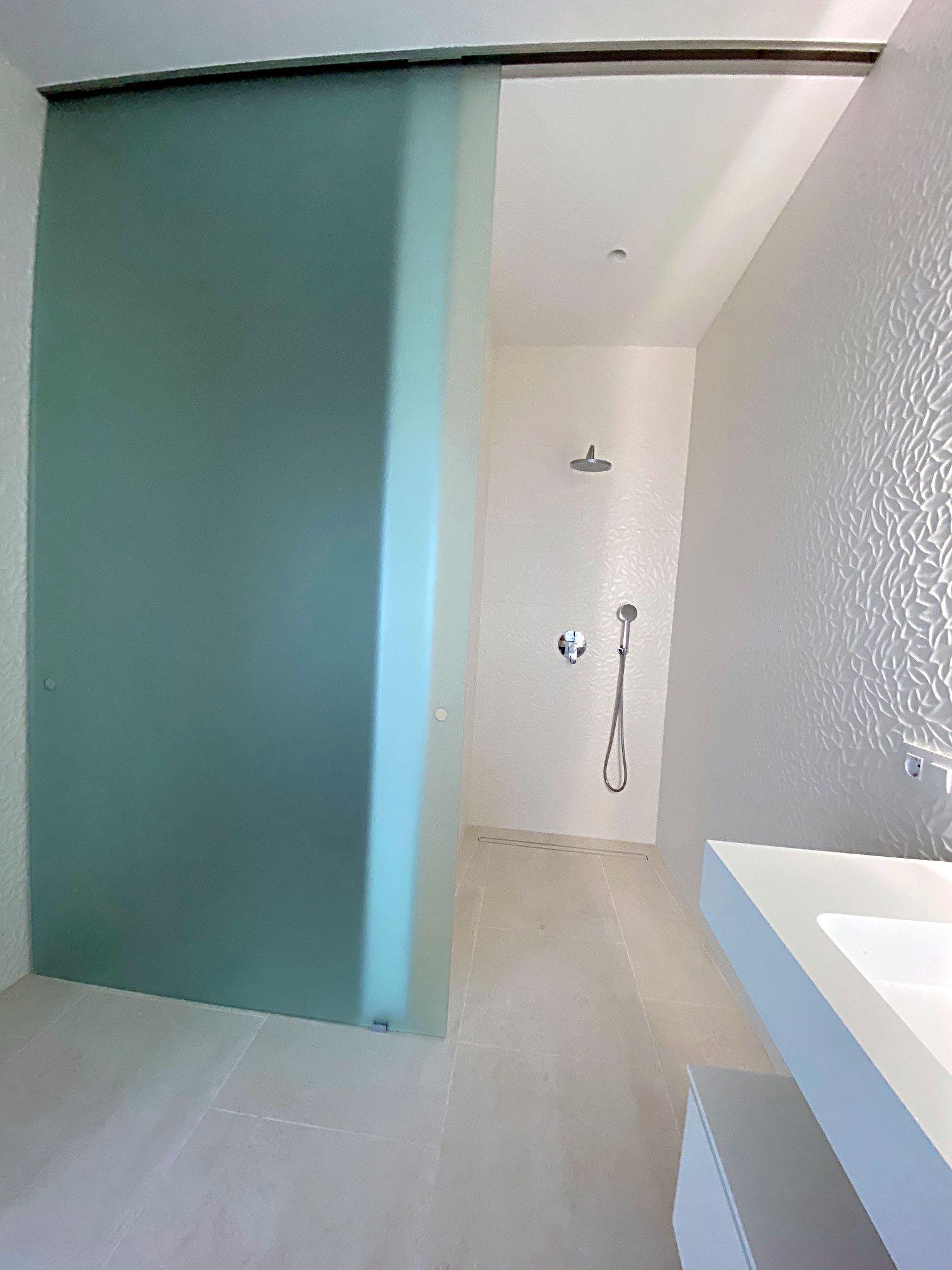 douche à l'italienne spacieuse et simple