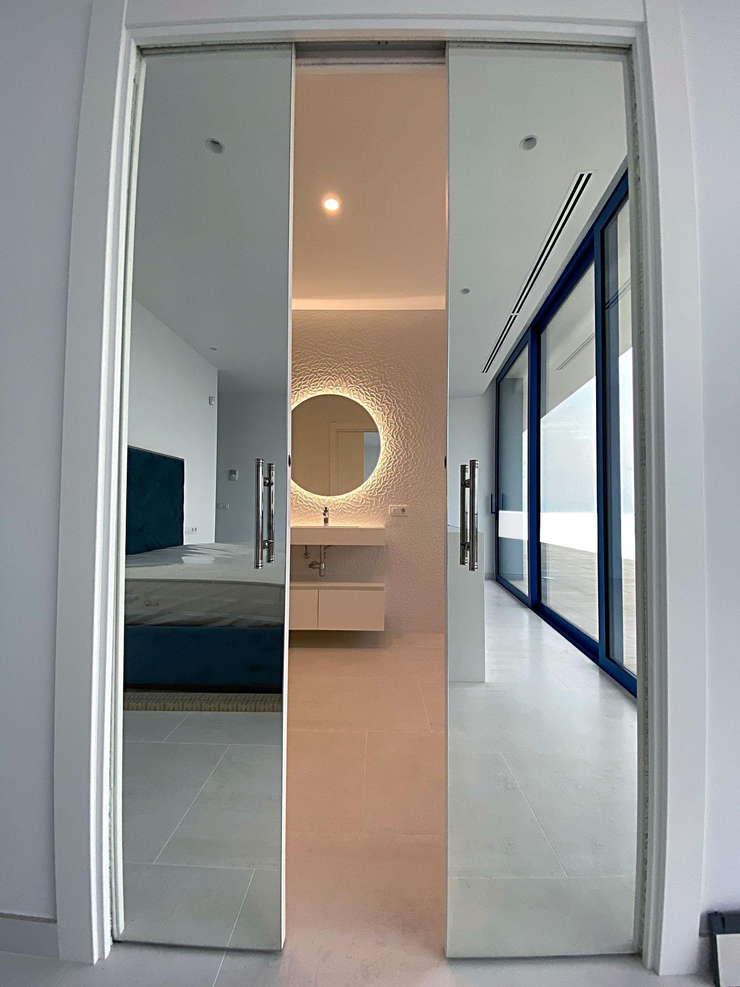 Porte coulissante vers la salle de bain