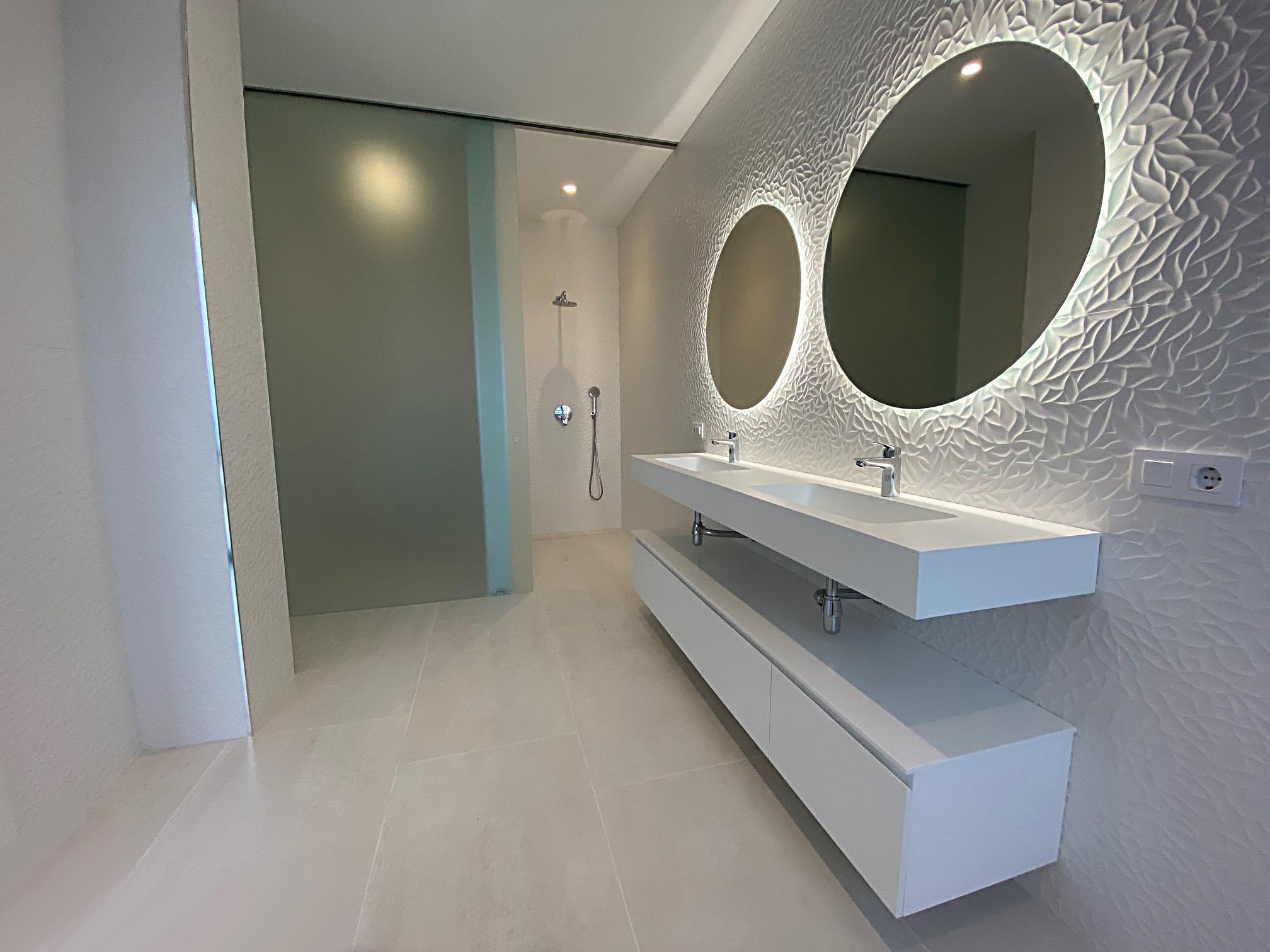 Salle de bain avec miroir ovale