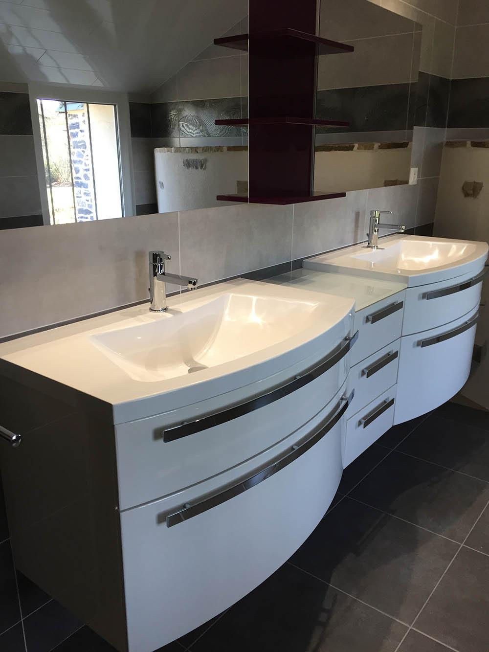 Deux simple vasque pour une grande samme de bain en deco pierre