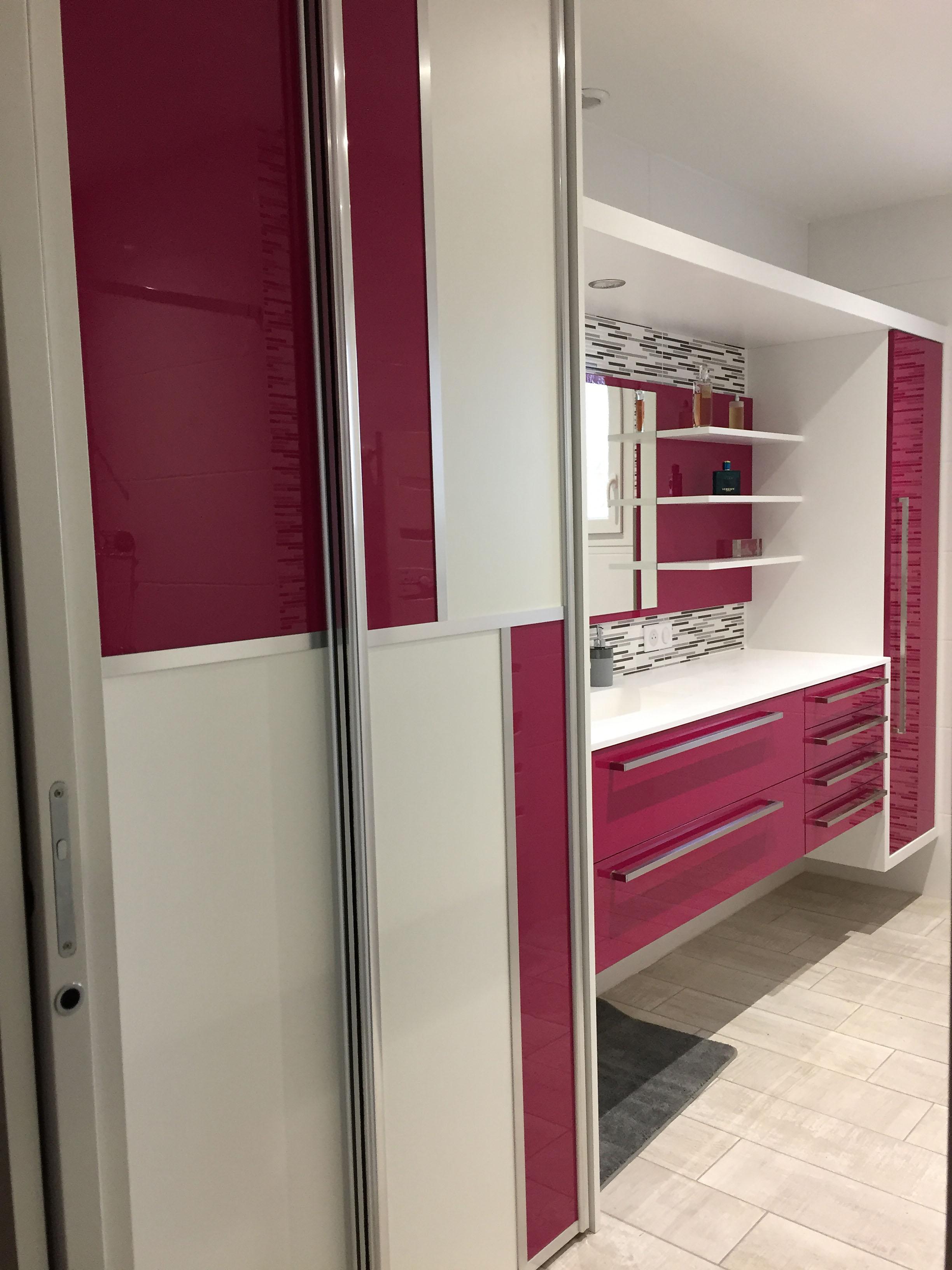 Armoire de salle de bain d'un seul tenant