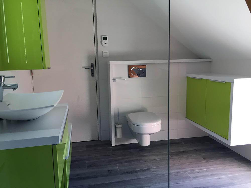 Salle de bain et WC sous combles avec baignoire