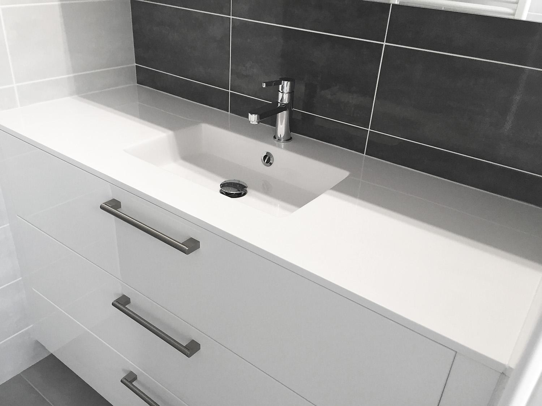 salle de bain avec grand tiroir, et une seul vasque