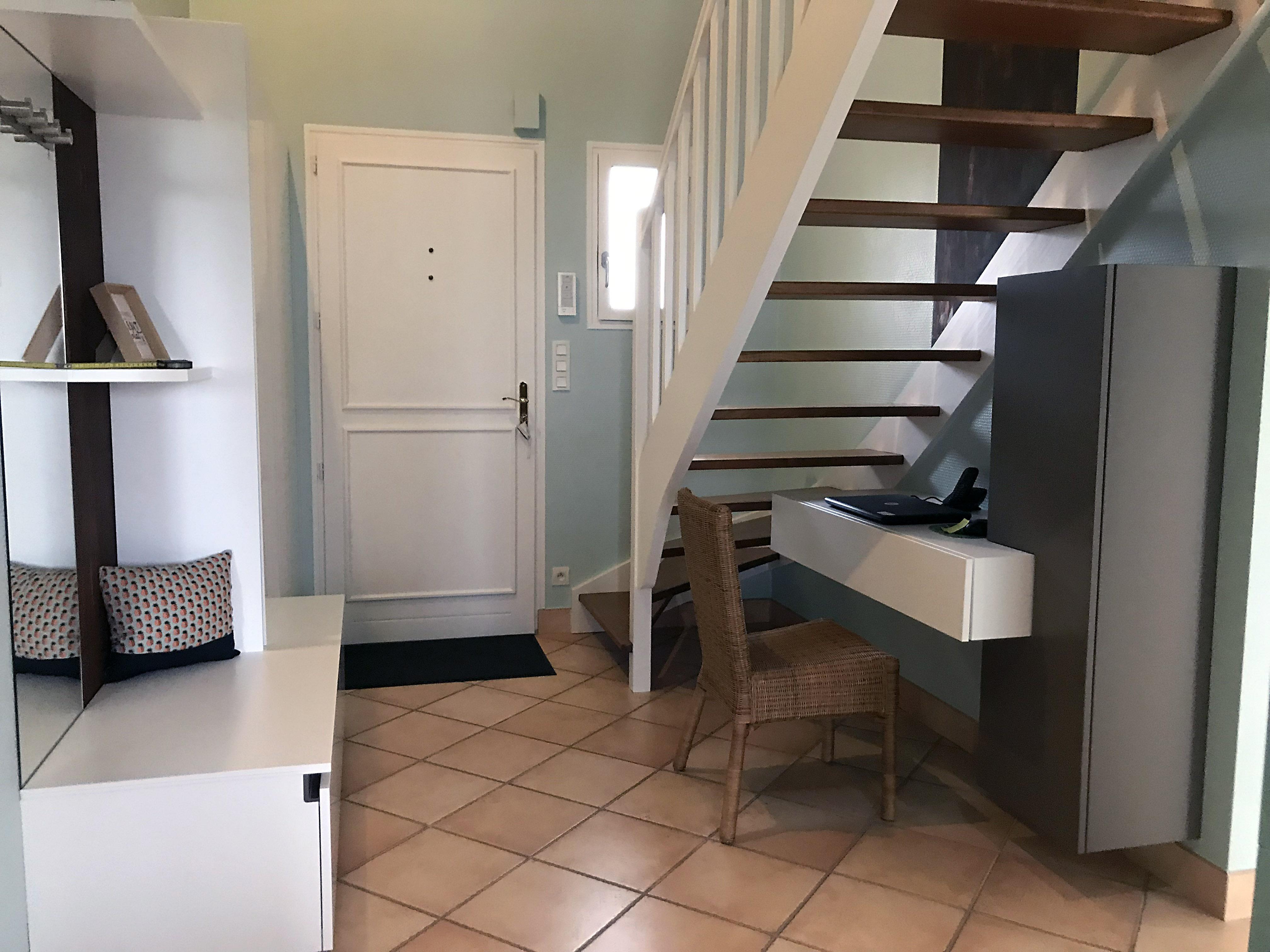 Meuble d'entrée sur mesure avec penderie et bureau sous escalier